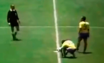 Pelé se ata sus botines Puma en 1970
