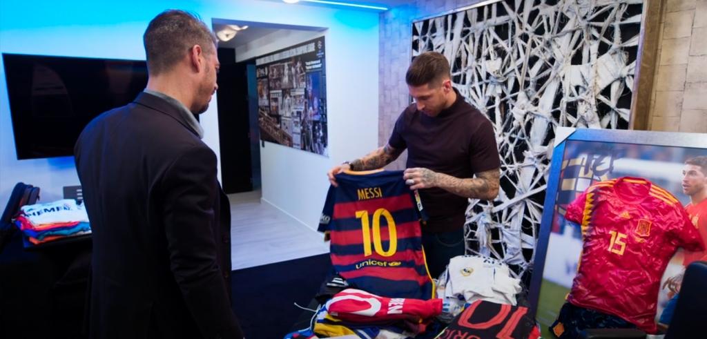 Sergio Ramos muestra una camiseta de Leo Messi a su hermano René Ramos