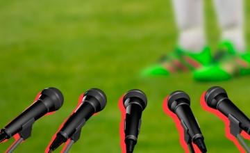 Microfónos de la prensa en un campo de fútbol / PDF