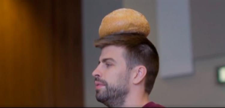 Gerard Piqué con un pan en la cabeza en 'Matchday' / MATCHDAY