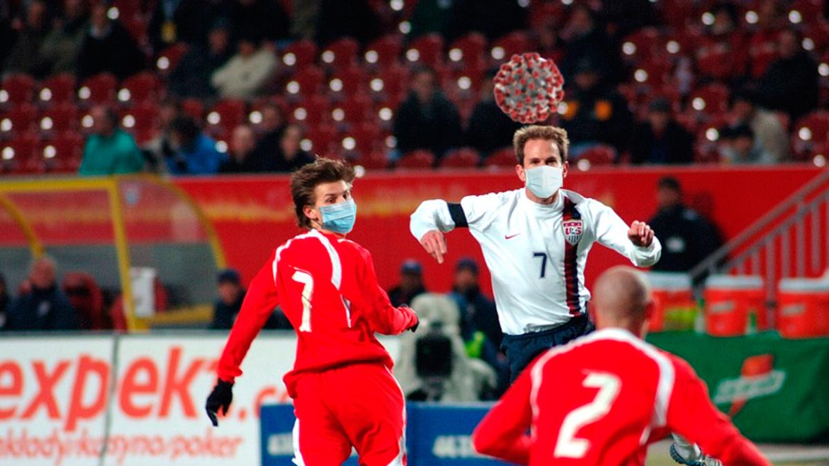 Futbolistas con mascarilla pelean por un balón en forma de coronavirus / FOTOMONAJE DE PdF