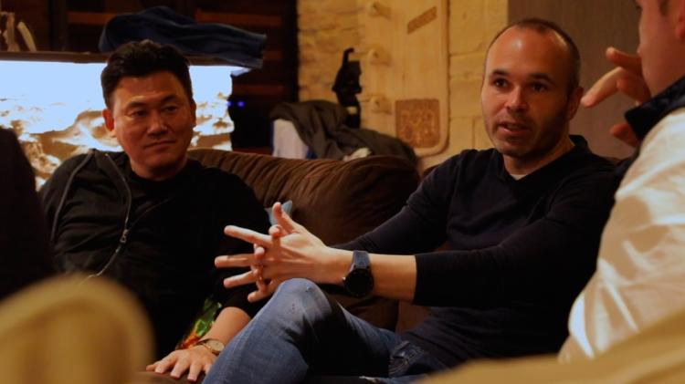 Andrés Iniesta (d.) y Hiroshi Mikitani (i.) / EL HÉROE INESPERADO