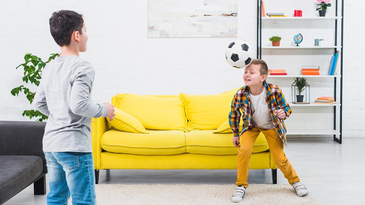 Dos niños juegan al fútbol en casa / FREEPIK