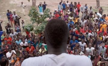 Sadio Mané, de espaldas, recibido como un héroe en Bambali, Senegal