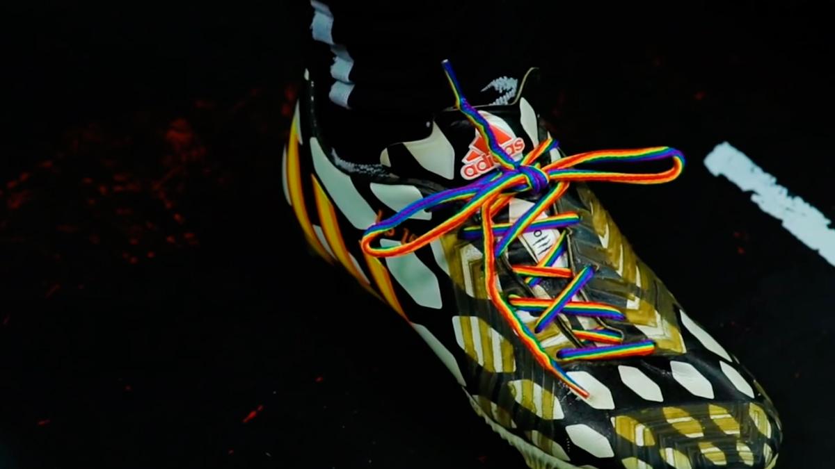 Una bota de fútbol con los cordones con los colores del arcoíris / 'FUERA DE JUEGO'