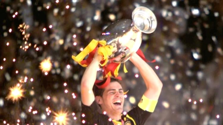 Casillas levanta la Eurocopa del 2008 / LUIS, EL SABIO DEL ÉXITO