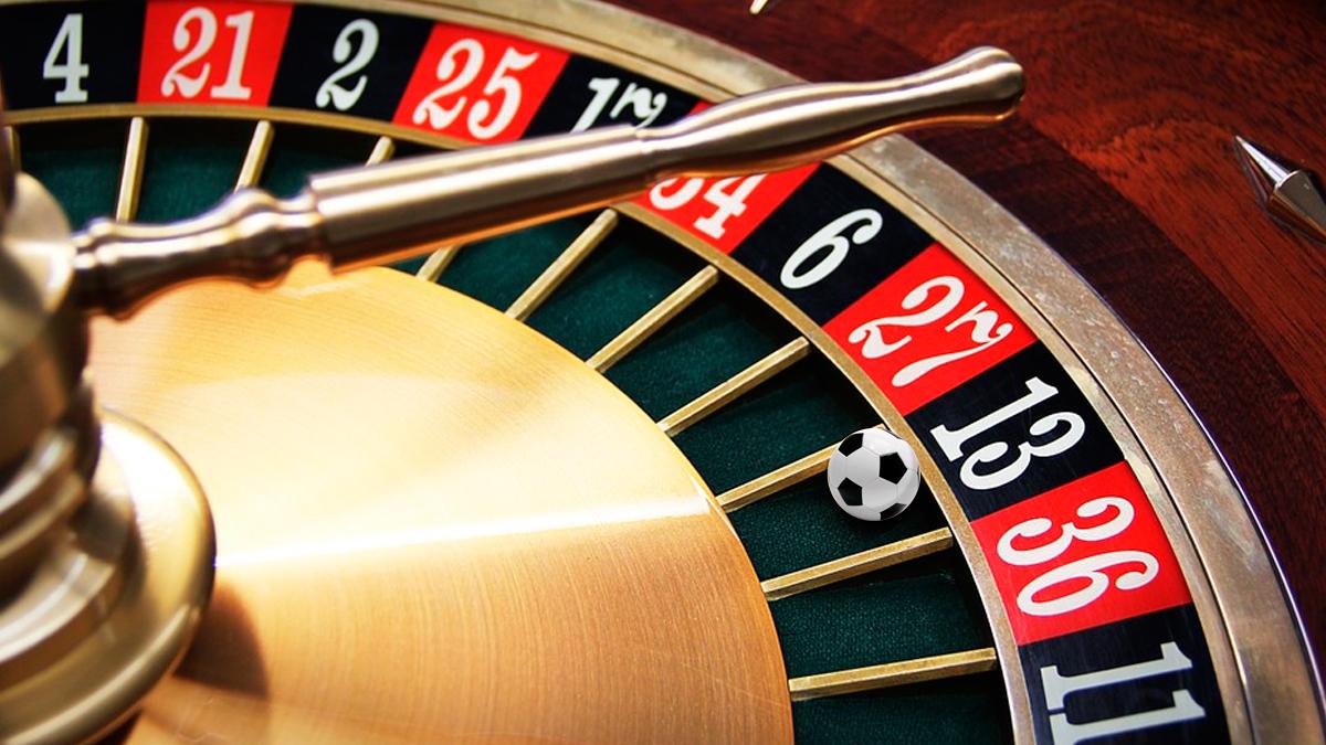 Una ruleta de casino con una pelota de fútbol / FOTOMONTAJE DE PdF