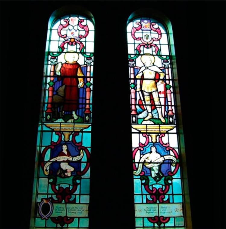 Dos vitrales en honor a Duncan Edwards en la iglesia de St. Francis / DUDLEY