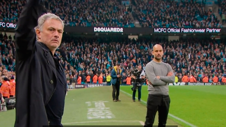 Mourinho y Guardiola durante un derbi en la Premier League / 'ALL OR NOTHING: MANCHESTER CITY'