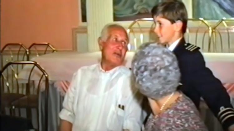 Fernando Torres, de niño, con sus abuelos / 'EL ÚLTIMO SÍMBOLO'