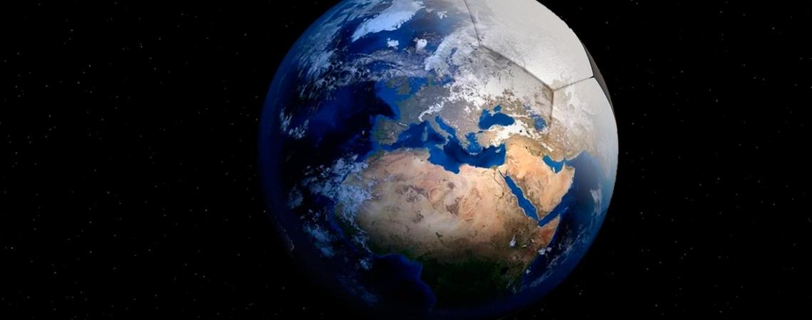 El mundo es esférico como un balón / FOTOMONTAJE DE PdF