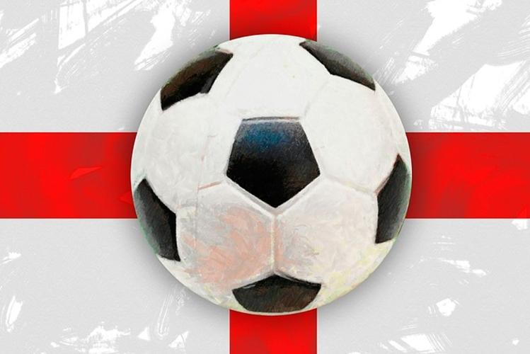 Balón de fútbol sobre la bandera de Inglaterra / PIXABAY