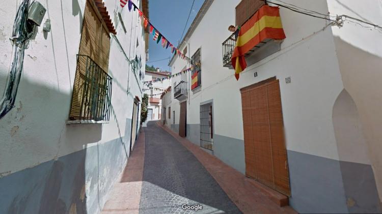 Una calle de Balones, en Alicante (Valencia, España), decorada con motivo de las fiestas locales / GOOGLE STREET VIEW