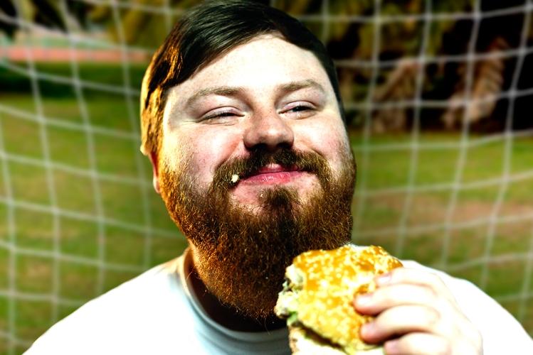 Un portero de fútbol comiendo una hamburguesa / FREEPIC.DILLER - FOTOMONTAJE DE PdF