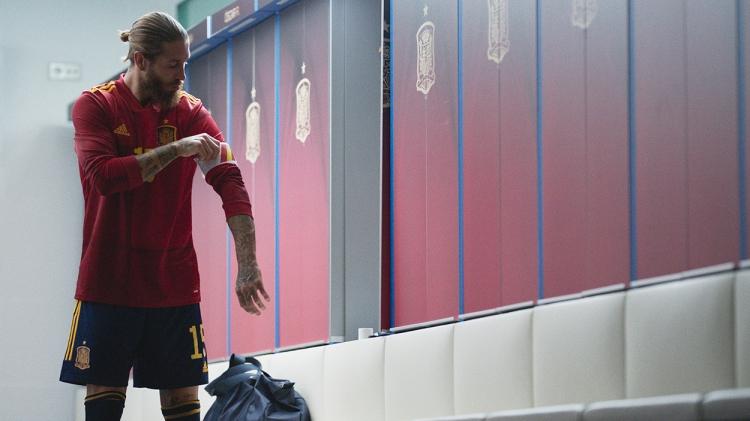 Sergio Ramos se coloca el brazalete de capitán de la selección española / 'LA LEYENDA DE SERGIO RAMOS' - PRIME VIDEO