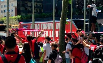 El autocar del Atlético de Madrid, en Barcelona, delante del hotel Hilton / PdF