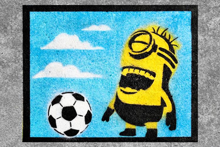 Mural de un minion jugando al fútbol y riendo por un chiste / PIXABAY