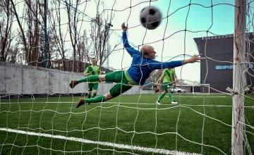 Un portero se tira, pero el balón termina en gol / MASTER1305 - FREEPIK