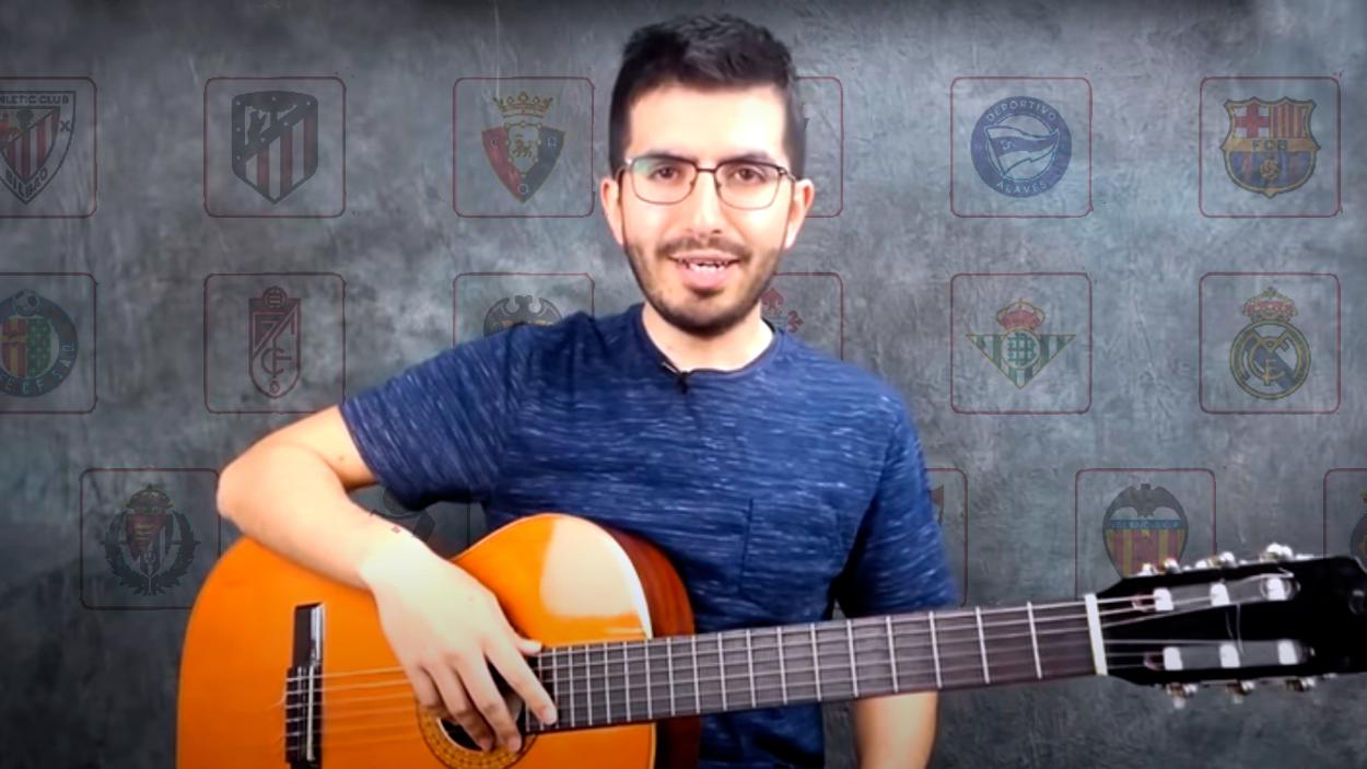Felipe Muñoz, profesor de guitarra, con los escudos de los clubes de la Liga 2020-21 / FOTOMONTAJE DE PdF