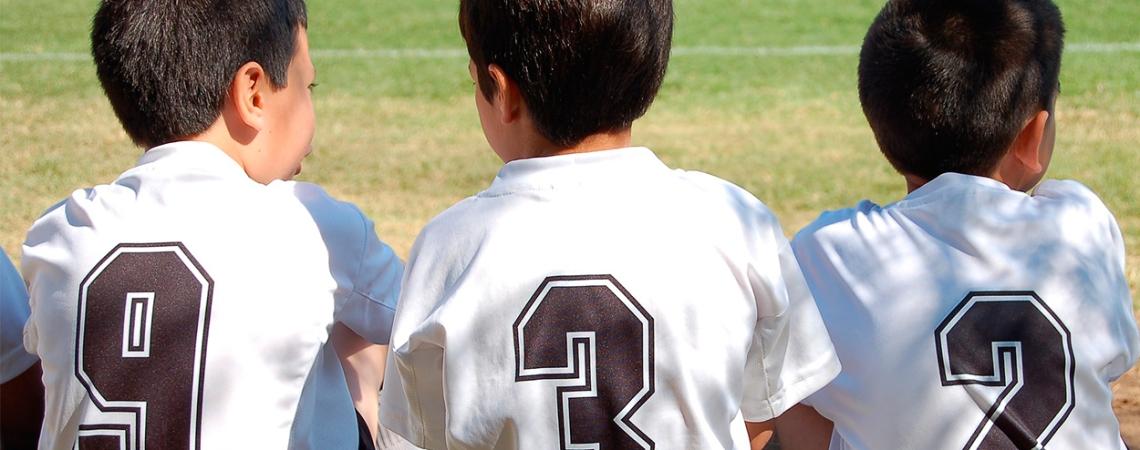 Niños con camisetas de fútbol / CRISTIAN PIZARRO CESPEDES - PIXABAY