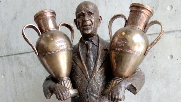 Estatua del técnico del Benfica Bela Guttman en el estadio Da Luz de Lisboa / PdF