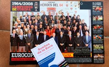 El libro 'Sueños de la Euro' sobre un póster con los ganadores de la Eurocopa de España de 1964 y 2008 / PdF