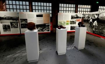 Exposición 'Barcelona & fútbol' | Balón de fútbol antiguo, botas de fútbol antiguas y guantes de boxeo / PdF