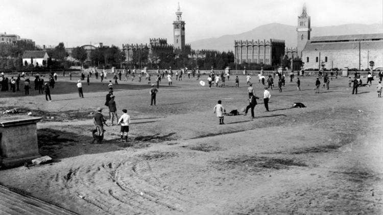 Jugando al fútbol en la explanada de Montjuïc antes de las obras de la Exposición Universal de 1929 / JOSEP MARISTANY
