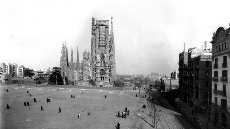 Explanada delante de la Sagrada Família habilitada como campo de fútbol, década de 1920 / JOSEP DOMÍNGUEZ