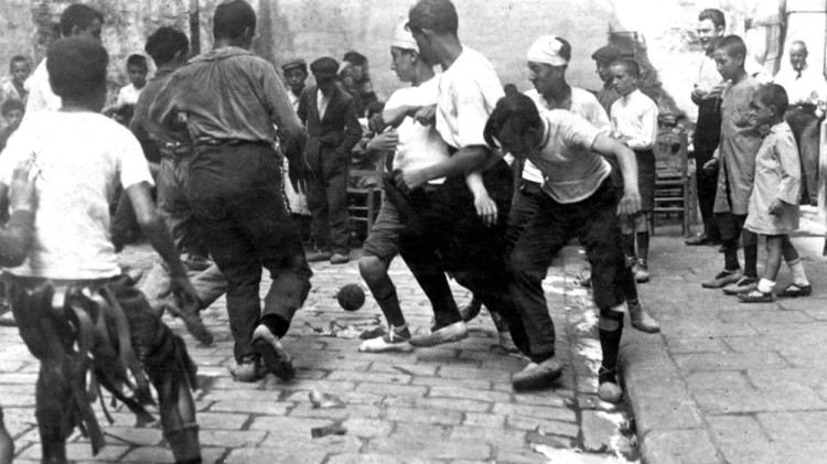 Trabajadores de la imprenta Badia jugando al fútbol durante un descanso, 1920 / 'BARCELONA & FÚTBOL'