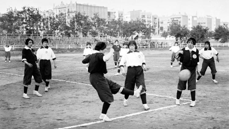 Partido de fútbol femenino en Barcelona, 1914 / 'BARCELONA & FÚTBOL'