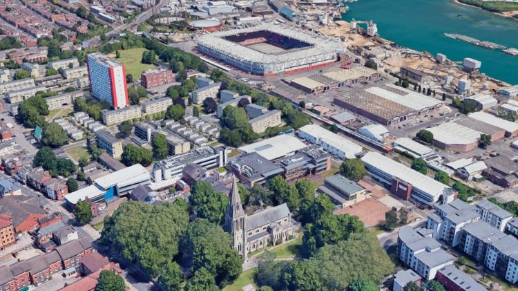 La iglesia de Santa María, en primer plano, y el estadio del Southampton, al fondo / GOOGLE STREET VIEW